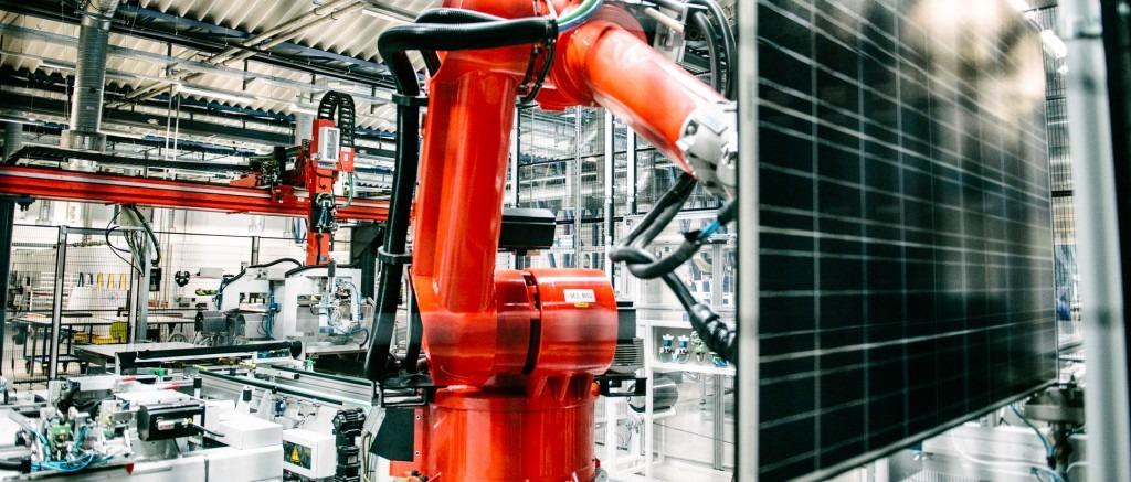 Robot på arbejde i Aleo Solars fabrik i Prenzlau