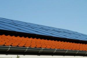 solcelle solcelleanlæg kig nedefra solceller monteret