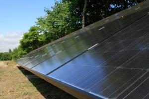 solcelle solcelleanlæg set fra siden jordplaceret solcellepaneler