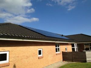 solcelle solcelleanlæg sort tegl bolig